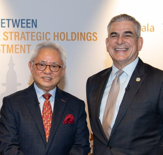 記者会見に臨むヨマのパン会長(左)とアヤラ会長(16日、シンガポール)