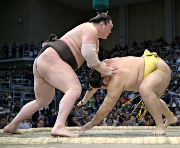 白鵬(左)ははたき込みで遠藤を下す 〔時事〕