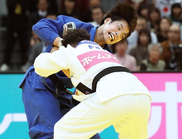 女子52キロ級決勝で敗れ2位に終わった阿部詩(上)