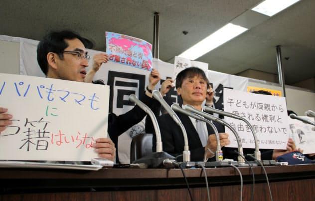 集団提訴後に記者会見する原告ら(22日、東京都内)