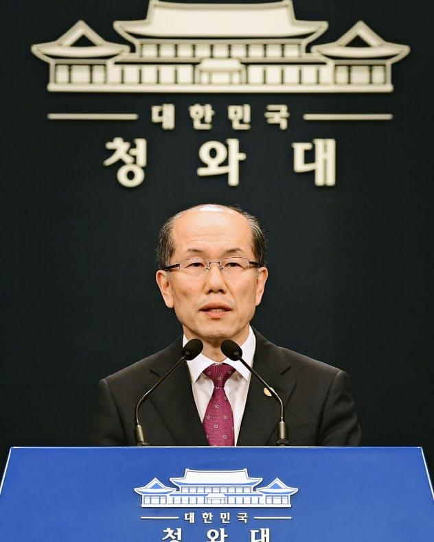 22日、GSOMIAについて記者会見する韓国NSCの金有根事務処長(ソウル)=共同
