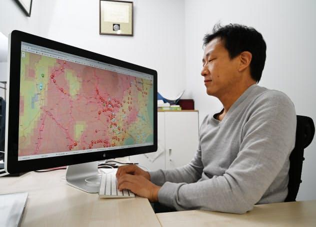 洪水予測システムで10月11日夜時点の警告表示を見る芳村教授
