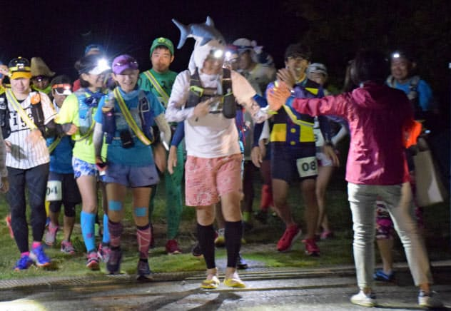 沖永良部島うとぅるしゃ100kmマラソン(鹿児島県)のプレ大会は午前3時半のスタートだった