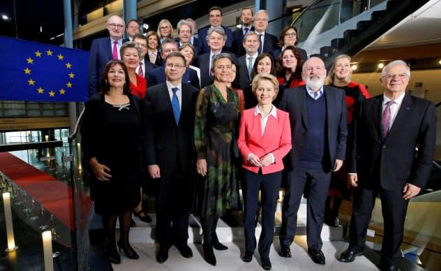 27日、フォンデアライエン次期委員長(前列左から4人目)が率いる新指導部のメンバーら=ロイター