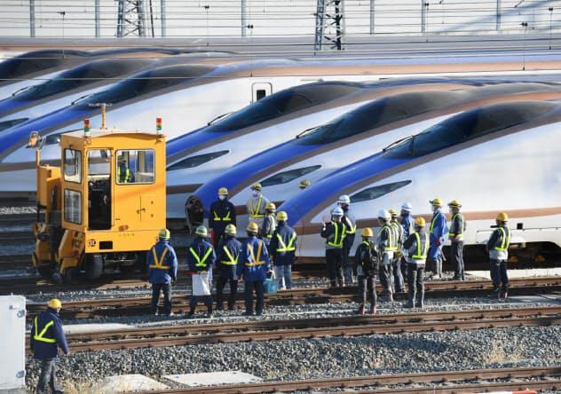 撤去作業が始まった、北陸新幹線の車両(8日、長野市)