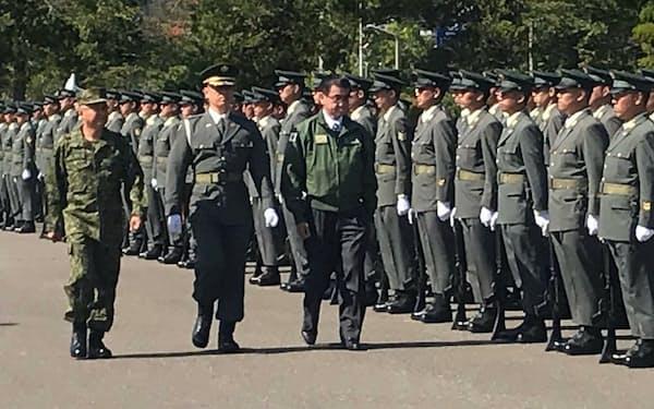 陸上自衛隊の真駒内駐屯地を視察する河野防衛相                                                   (9月、札幌市)