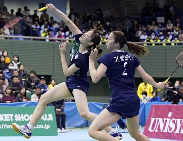 女子ダブルス準決勝で高橋礼、松友組に勝利した永原(右)、松本組