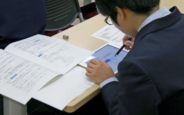 佐賀大が入試用に開発したCBTは、タブレット端末上で問題を解く