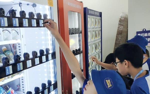 自社開発の自動販売機では複数の消費者が同時に購入できる(光芽科技提供)
