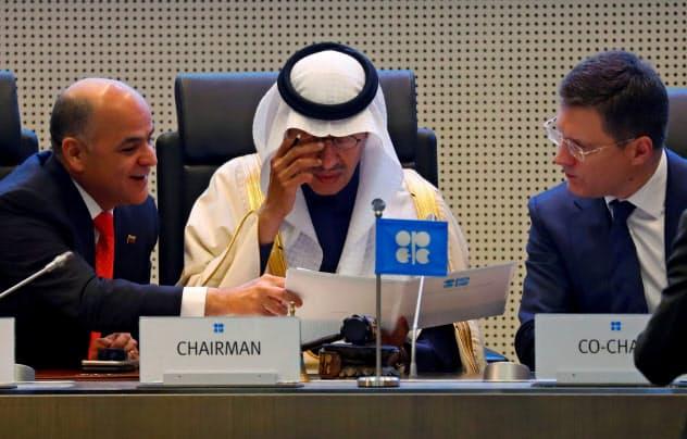 主要産油国は6日の拡大会合に減産規模の決着を持ち越していた=ロイター
