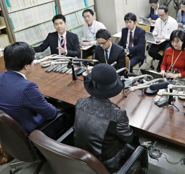 控訴審判決後、記者会見する遺族(手前右)ら(6日)