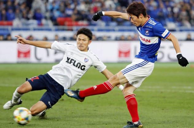後半、ゴールを決める横浜M・遠藤(右)