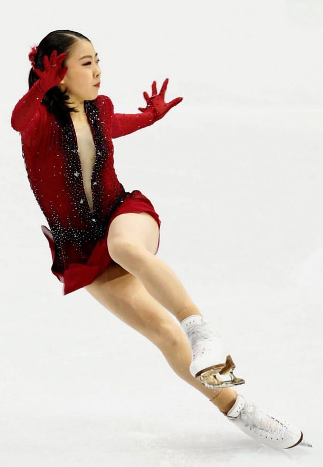 ジャンプの着氷でバランスを崩す紀平=共同