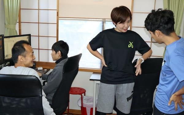 昼下がりにジョギングに出かける社員と会話するウィルフォワードの成瀬社長(左端、神奈川県鎌倉市)