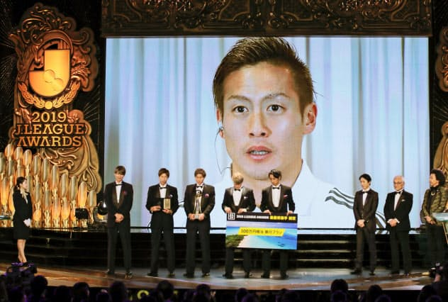 MVPを受賞し、あいさつする横浜Mの仲川。韓国・釜山から中継でスクリーンに映し出された(8日)