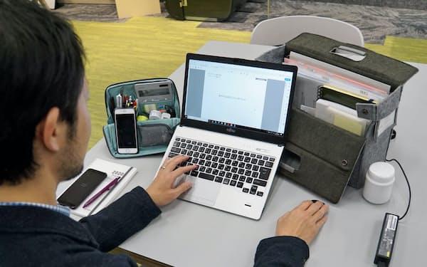 収納グッズを使うことで机の上をすっきりと片付けられる