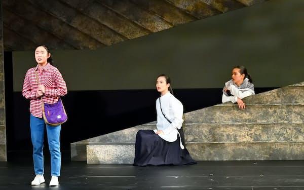 左から藤野涼子、朝倉あき、夏子=本間 伸彦撮影