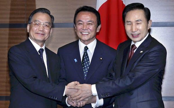 福岡県太宰府市の九州国立博物館で、会談を前に握手する日中韓の首脳