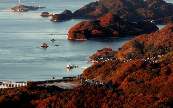 神峰山から望む瀬戸内。海と島々が夕日に染まる=山口朋秀撮影