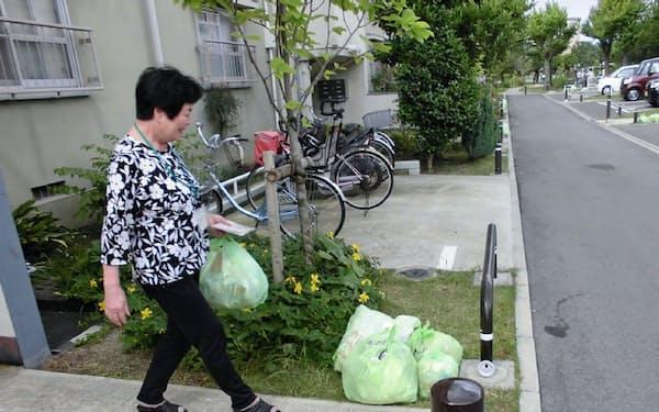 ごみ出しの手伝いをする大阪府和泉市の「おたがいさまサポーター」