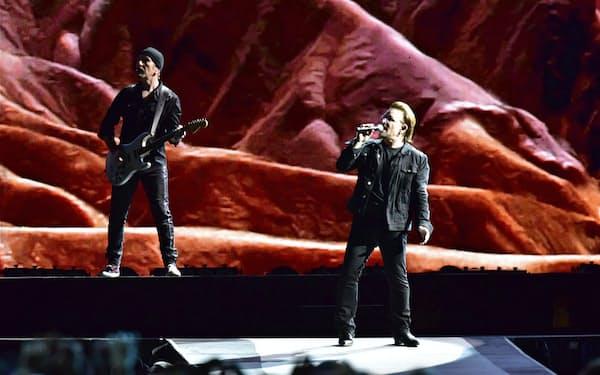 巨大スクリーンの前に立つボノ(右)とジ・エッジ=Yuki Kuroyanagi撮影