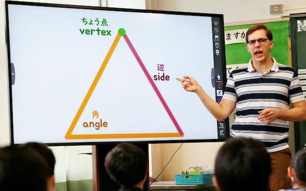 市立八町小学校では3年生の算数を英語で教えている(10月中旬、愛知県豊橋市)