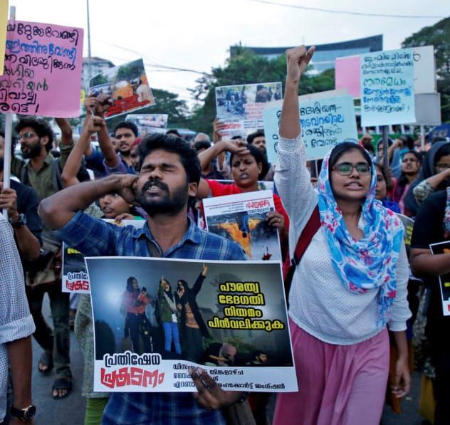 国籍法改正に抗議する人々(16日、インド南西部コチ)=ロイター