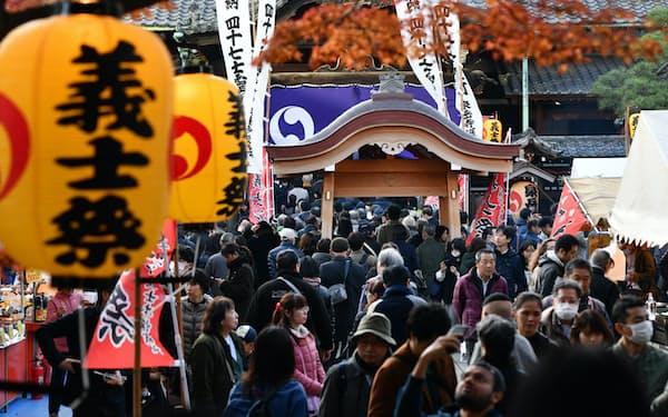 討ち入りの日に行われる泉岳寺義士祭。300年以上たった今もなお多くの人が訪れる=中岡詩保子撮影