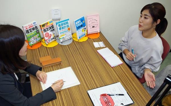 プロダクトデザインの経験を生かした起業の相談をする大藤友美子さん(右)(12月5日、埼玉県立熊谷図書館)