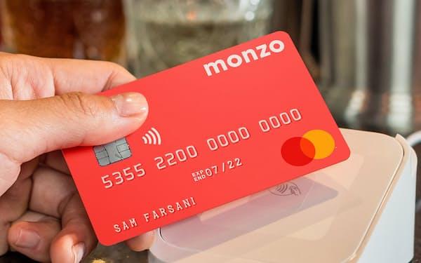 デジタル銀行のモンゾは蛍光ピンクのカードが人気