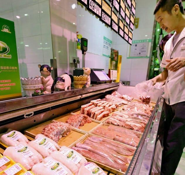 中国ではアフリカ豚コレラのまん延で豚肉が高騰(北京市内のスーパー)=共同