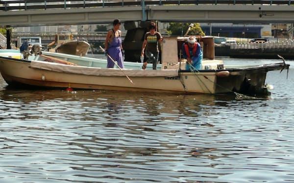 刺し網漁を実演する鈴木さん一家(2010年)