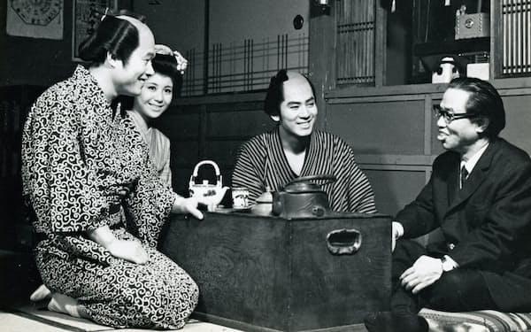 出世作となった1967年放送の文五捕物絵図の撮影中、原作者の松本清張さん(写真右)と談笑する杉さん(中央)