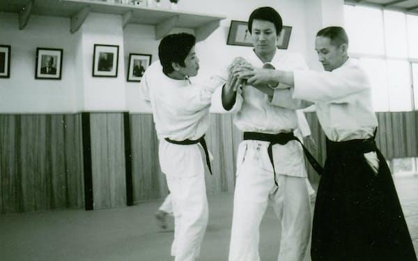 合気道の達人、塩田剛三さん(写真右)から指導を受ける杉さん(同中央)