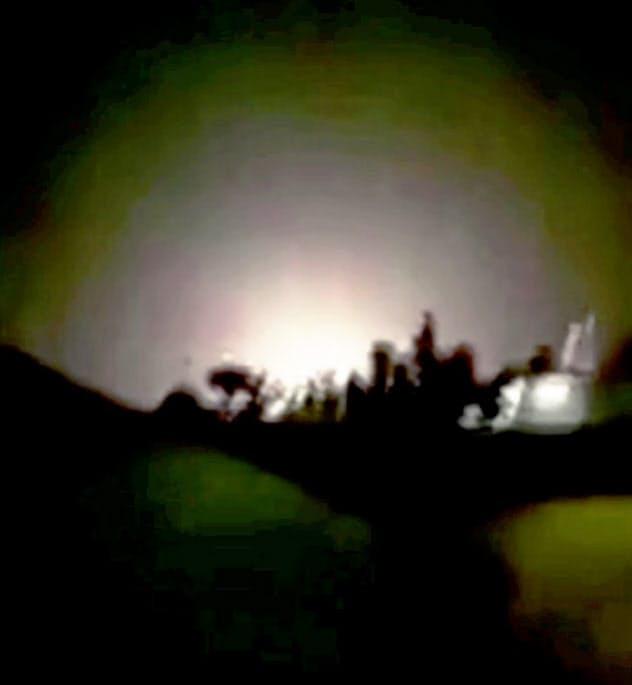 イランのミサイル攻撃を受けたイラク中西部アンバル州のアサド空軍基地とされる映像(8日、イランメディア報道)=ロイター