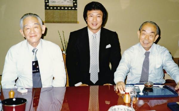 福田赳夫元首相(右)と秋田大助元自治大臣(左)と会食する杉さん
