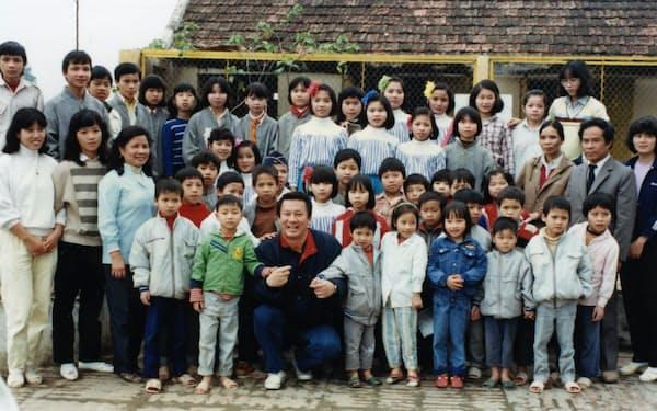杉さんが支援しているハノイの児童養護施設「バックラー子供の村」で子供たちと(1990年、前列中央が本人)