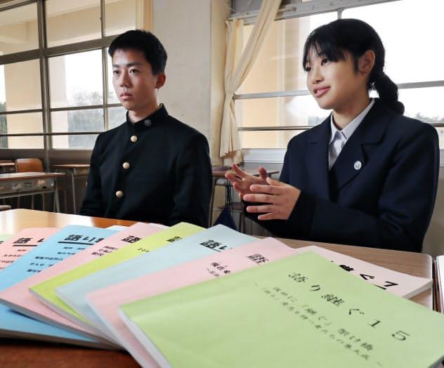 震災体験談の文集について話す環境防災科3年生の藤原さん(左)ら(2019年12月、神戸市)