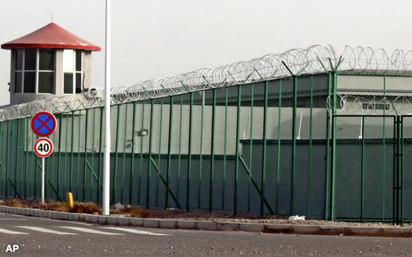 中国・新疆ウイグル自治区の「職業技能教育訓練センター」。100万人ものウイグル族らが収容されている=AP