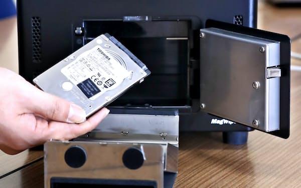 強い磁気を当てハードディスクのデータを消去する機器(神奈川県横須賀市)=一部画像処理しています