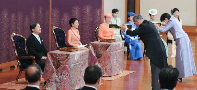 天皇、皇后両陛下、皇族方らが出席して行われた歌会始の儀(16日午前、皇居・宮殿「松の間」)=代表撮影