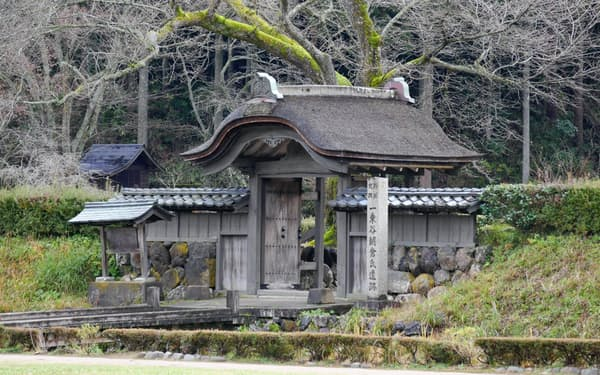 遺跡のシンボルといわれる唐門に隣接して朝倉義景の館跡が発掘されている