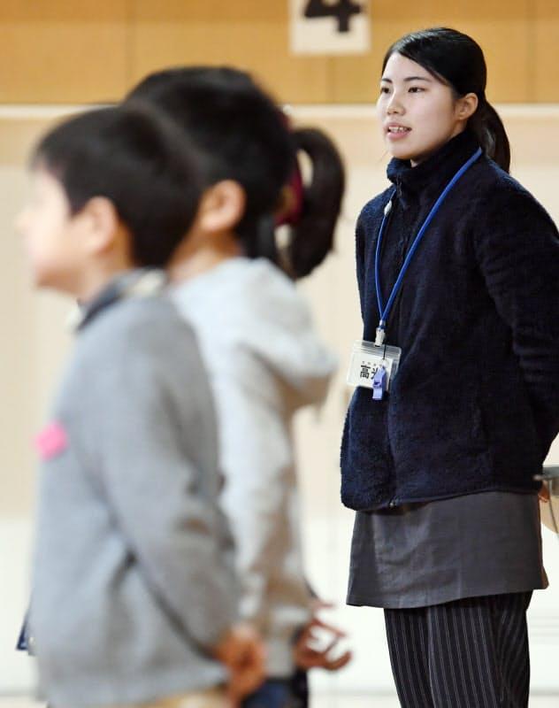 児童と「しあわせ運べるように」を合唱する高光さん(17日、兵庫県芦屋市)