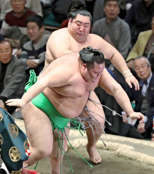 徳勝龍(奥)は突き落としで千代丸を破る 〔時事〕