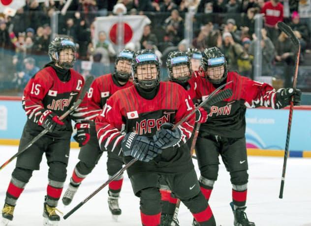 アイスホッケー女子で金メダルを獲得した下向(中央)ら日本チーム=OIS提供・共同