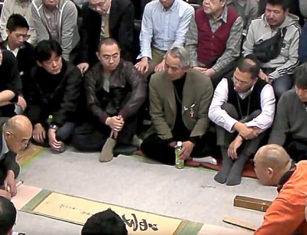 骨董品のオークションで掛け軸を競る中国人バイヤーたち(東京都文京区)