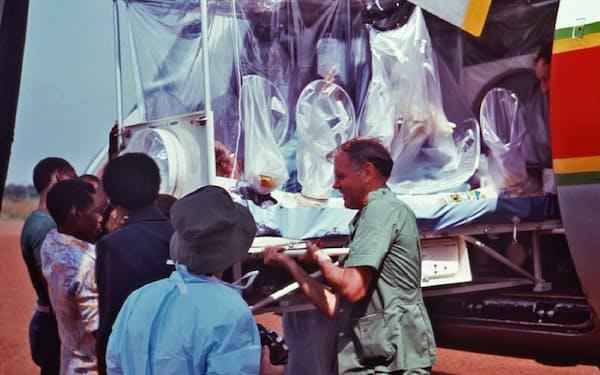 1976年のザイール(現・コンゴ民主共和国)でエボラの疑いがある患者を搬送する様子=米疾病対策センター提供