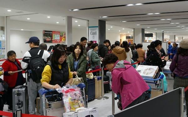 中国人観光客でにぎわう静岡空港の国際線チェックインカウンター(2019年11月、静岡県牧之原市)
