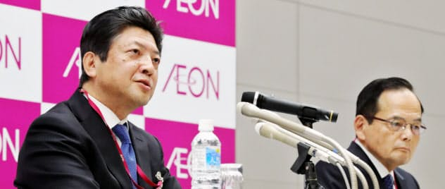 イオンの岡田元也氏(右)は社長の座を離れ、吉田昭夫副社長(左)に後事を託す