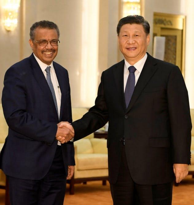 中国の習近平主席(右)と会談するWHOのテドロス事務局長(28日、北京)=ロイター